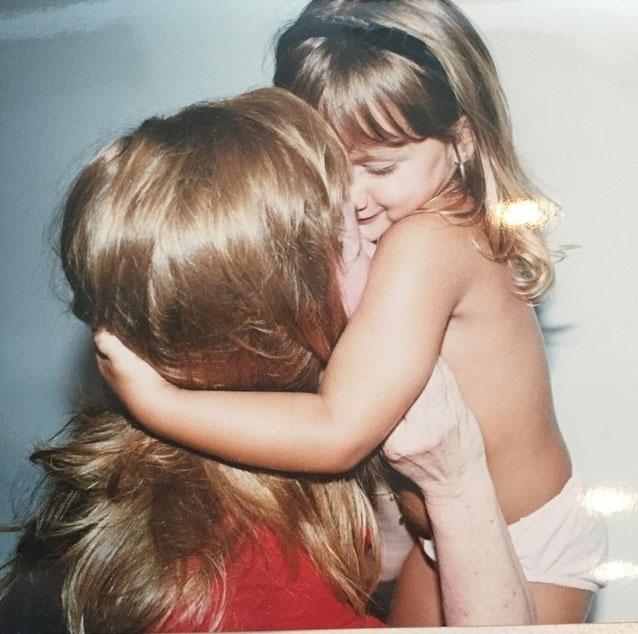 """""""Sassa beijando minha Aldinha de peruca? Lindas"""", escreveu a loira. Dona Alda é a mãe de Xuxa"""
