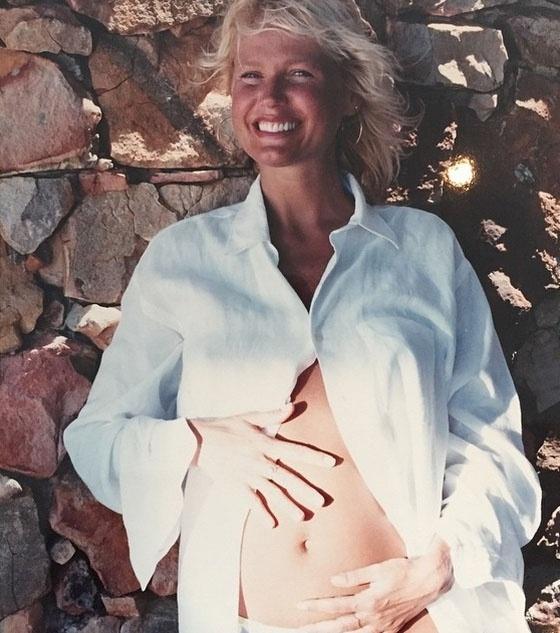 """""""Yuri Gonçalves entrou na minha pagina do Face e pediu fotos antigas, disse que colocaria no Insta? Ai vai tá?"""", escreveu Xuxa ao postar esta imagem com as mãos na barriga"""