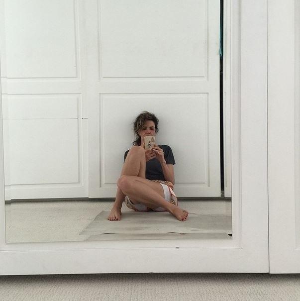 """9.fev.2015 - Os internautas não perdoaram nos comentários desta foto postada pela apresentadora Luciana Gimenez. Sentada no chão e com os cabelos desgrenhados, Lu ganhou diversas críticas no Instagram nesta segunda-feira (9). """"Está péssima"""", """"Imagina sem dinheiro?"""", """"Minha nossa! Já achava essa mulher feia arrumada....imagina agora?! O dinheiro do seu coroa lhe faz muito bem!"""", escreveram alguns deles"""