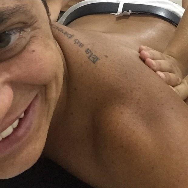 12.fev.2015 - A atriz Thammy Miranda postou mais uma foto sem camisa no Instagram após sua cirurgia para reduzir os seios e deixar o peitoral mais masculino. 'E continuando o dia da viadagem, para drenar tudo!', escreveu na legenda das imagens.
