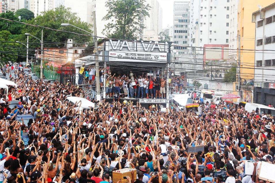 """17.fev.2015 - Foliões comemoram o título de Campeã da Vai-Vai. A escola do Bixiga ganhou o Carnaval com o samba-enredo """"Simplesmente Elis"""""""