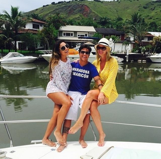 18.fev.2015 - Thammy posa ao lado de sua namorada, Andressa Ferreira, e da amiga Val Marchiori durante um passeio de lancha