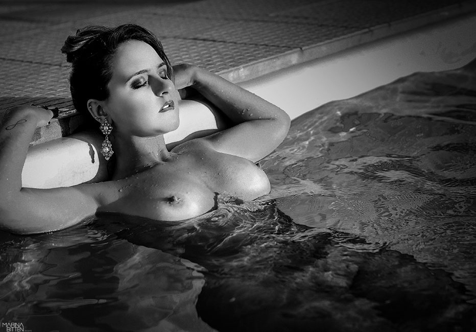"""22.fev.2015 - A fotografa Marina Bitten criou o projeto """"I Love Myself"""" (Eu me amo) para elevar a moral de mulheres comuns através de ensaios artísticos. """"Tenho uma obsessão por viver num mundo onde as mulheres se sintam confiantes sobre si mesmas. Amo fotografar pessoas verdadeiras, sem fingimentos ou padrões"""", afirma a fotógrafa com pouco mais de 10 anos de carreira. As modelos fotografadas por Mariana se candidataram para participar de ensaios no estúdio da brasileira ou em casa casa da modelo"""