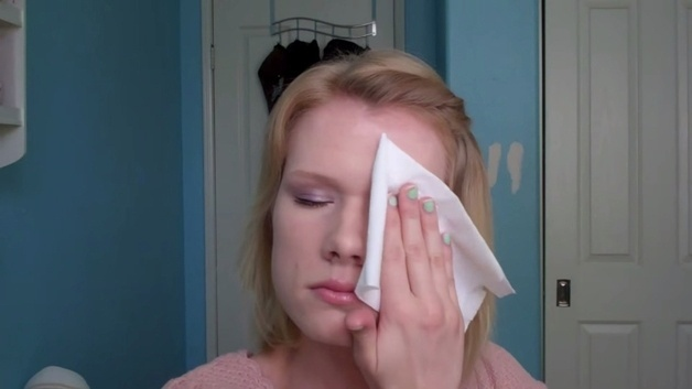 27.fev.2015 - Uma marca de cosméticos lançou uma campanha que revela pessoas  sem maquiagem com problemas grave na pele. Em uma série de vídeo, anônimos mostram suas imperfeições e relatam dramas.