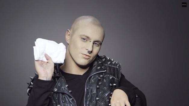 """27.fev.2015 - Uma marca de cosméticos lançou uma campanha que revela pessoas  sem maquiagem com problemas grave na pele. Em uma série de vídeo, anônimos mostram suas imperfeições e relatam dramas. Cheri, que sofre de vitiligo, diz que as pessoas não conseguem enxergá-la além da pele. O """"zombie boy"""" Rico contou que sofre preconceito por ter a pele toda tatuada. Na imagem, Rico posa com maquiagem."""