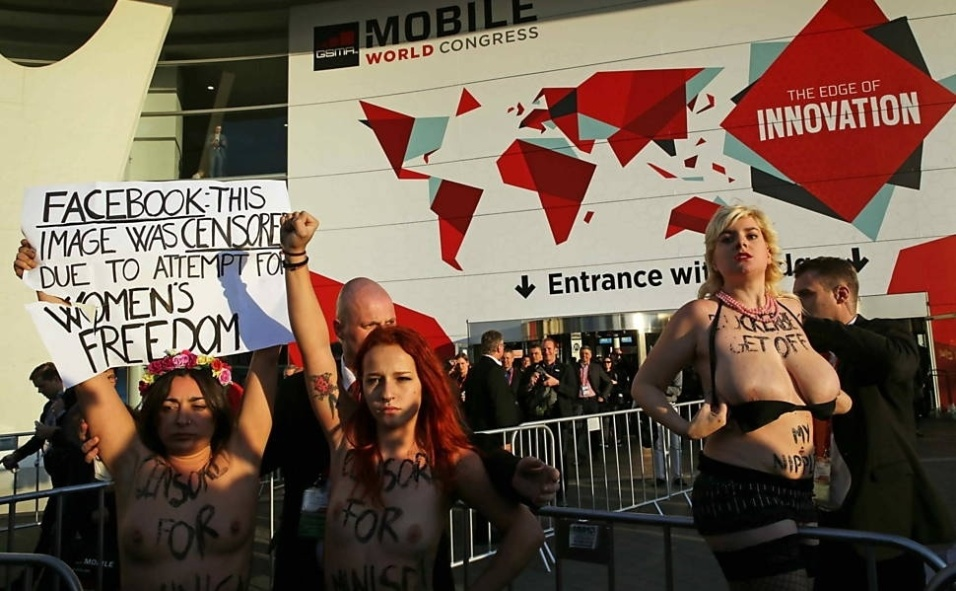 2.mar.2015 - Ativistas do grupo Femen aproveitaram a passagem de Mark Zuckerberg por Barcelona para protestar contra a política do Facebook, que remove página com exibição de corpos nus.