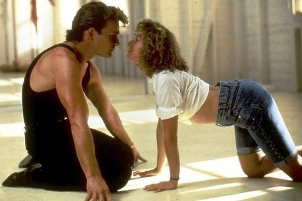 """Segundo o site da revista Monet, Patrick Swayze (1952-2009) implorou para Jennifer Grey aceitar o papel no filme """"Dirty Dancing: Ritmo Quente"""" (1987). A atriz não teria gostado de atuar com o colega em """"Amanhecer Violento"""" (1984). Depois, parece  que o galã teria se arrependido por ter insistido. Em suas memórias, Swayze escreveu que Jennifer Gray era """"imatura"""" e, por causa dela, """"algumas cenas precisavam ser filmadas de novo, de novo e de novo"""". Ele também relatou a dificuldade da atriz em aceitar críticas. """"Nós tivemos atritos? Ela me parecia muito emocional, derramando lágrimas sempre que alguém a criticava"""", escreveu"""
