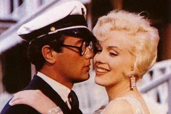 """""""Foi como beijar o Hitler"""", disse Tony Curtis sobre suas cenas com Marylin Monroe em """"Quanto Mais Quente Melhor"""" (1959). Os dois já tinham se relacionado antes de gravar o filme, mas o ator disse que a colega havia mudado muito. """"Ela não era mais divertida, estava distraída"""". Uma cena em um iate teria deixado o ator muito irritado. """"Foi horrível. Ela quase me matou, colocando a língua em minha traqueia"""", revelou"""