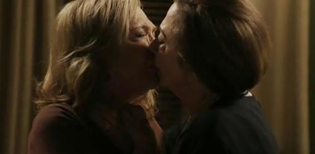 "Uma cena entre Teresa (Fernanda Montenegro) e Estela (Nathalia Timberg) marcou o primeiro beijo gay de ""Babilônia"", que estreou nesta segunda-feira (16)"