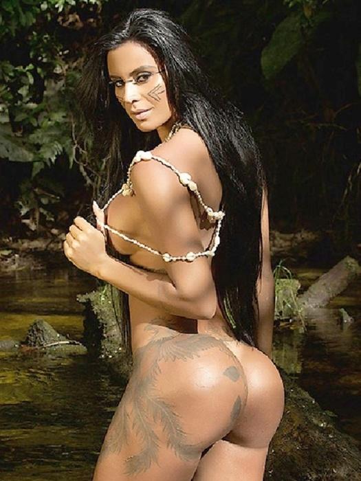 """20.mar.2015 - Desinibida e em uma aldeia, Lorena Bueri mostrou tudo e sensualizou no ensaio para a revista """"Sexy"""""""