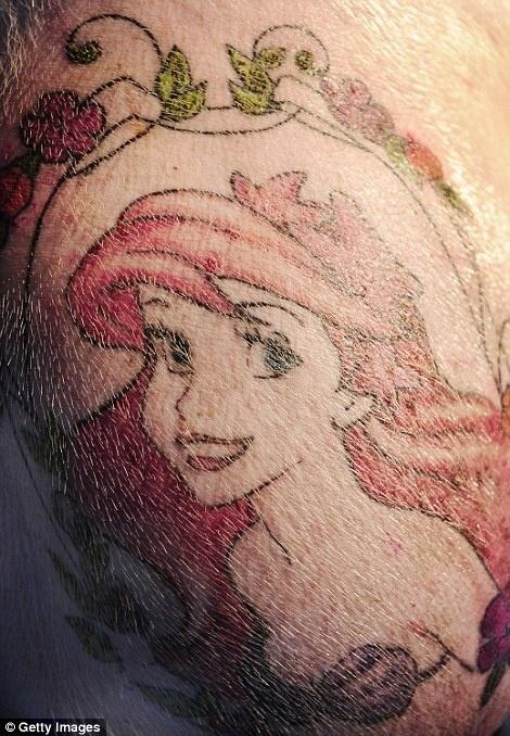 20.mar.2015 - Na imagem, um porco com uma tatuagem de Ariel, do filme da Disney