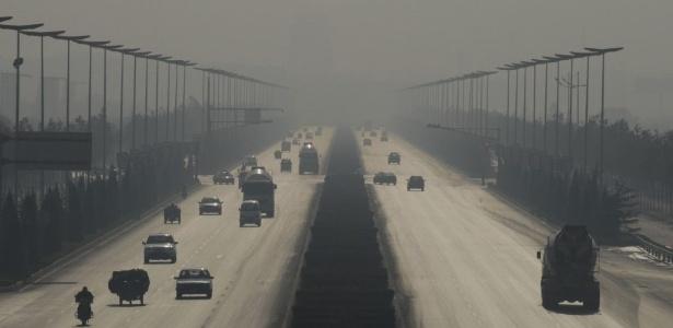 O principal causador da poluição de Linfen, na China, é o carvão. A cidade se desenvolveu com um centro de mineração do elemento e nunca mais conseguiu combater os efeitos da poluição emitida pelas indústrias