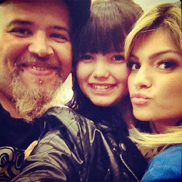 24.mar.2015 - Na imagem, Kelly Key posa ao lado da filha Suzanna, do seu relacionamento com Latino, e do apresentador João Gordo