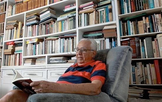 """26.mar.2015 - O jornalista, crítico literário e escritor, Hélio Pólvora morreu na madrugada desta quinta-feira, em Salvador, na Bahia, onde morava, aos 86 anos. O escritor lutava contra um câncer de pulmão e teve uma parada cardiorrespiratória. O corpo do autor dos celebrados livros de contos, ?Os Galos da Aurora"""" (1958) e """"Estranhos e Assustados"""" (1966), será cremado nesta tarde, no cemitério Jardim da Saudade, na capital baiana."""