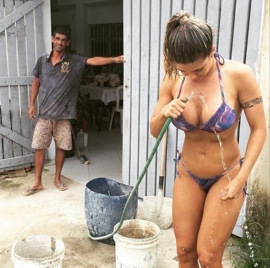 """30.mar.2015 - A ex-BBB Cacau Colucci resolveu pedir a mangueira de um pedreiro emprestada para tomar um banho após um mergulho no mar. A beldade está em Bertioga, no litoral de São Paulo. 'Peguei a mangueira do pedreiro emprestada pra tirar a água do mar do corpo"""", escreveu Cacau na legenda da imagem, postada no Instagram. Nos comentários, um seguidor brincou: """"Que pedreiro sortudo!"""""""