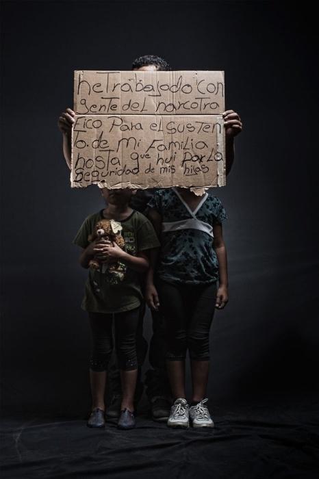 30.mar.2015 - Escondida com os filhos, mãe imigrante diz que, para manter sua família, trabalha para traficantes. O projeto fotográfico de Nicola Frioli, denominado