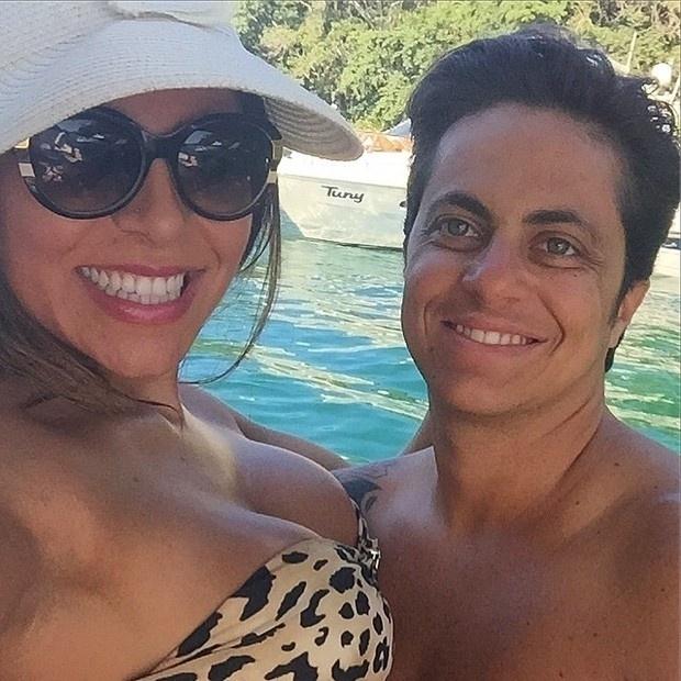 4.abr.2015 - Thammy Miranda, que passou por uma cirurgia para retirada dos seios, aparece sem camiseta em fotos postadas por sua amada, Andressa Ferreira, no Instagram. O casal curtiu o sábado em Ilha Grande, no litoral do Rio de Janeiro, acompanhado da socialite Val Marchiori