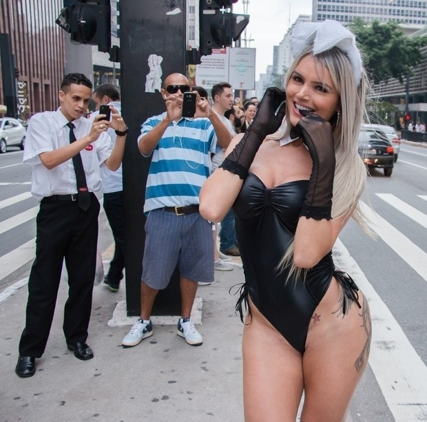 5.abr.2015 - Vestida de coelhinha sexy, a modelo transexual Thalita Zampirolli foi fotografada na avenida Paulista, em São Paulo