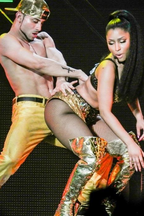 7.abr.2015 - A rapper norte-americana Nicki Minaj está dando o que falar durante sua turnê na Grã-Bretanha. Com um show para lá de ousado e com um look transparente que deixa à mostra sua boa forma, a cantora tem chamado a atenção da mídia e do público. O site gringo Egotastic separou algumas fotos bem quentes de sua apresentação