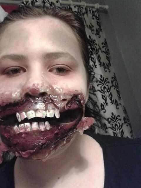 """9.abr.2015 - A adolescente Eve Hirst, de 14 anos, aprendeu a fazer maquiagens de personagens aterrorizantes depois de assistir a um vídeo no YouTube. Ela conta que passou a usar sua habilidade para fugir da triste realidade do bullying sofrido na escola. """"Eu vou para o meu quarto e me transformo em um personagem para me liberar da minha tristeza. Quando eu aplico a maquiagem, já não sou mais eu. A pessoa que eu me torno não está sendo intimidada ou insultada. Ela está feliz e se divertindo"""", contou Eve ao Mirror"""