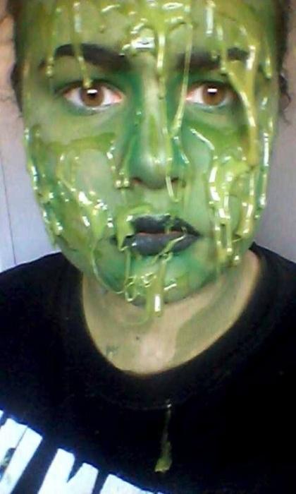 """9.abr.2015 - A adolescente Eve Hirst, de 14 anos, aprendeu a fazer maquiagens de personagens aterrorizantes depois de assistir um vídeo no YouTube. Ela conta que passou a usar sua habilidade para fugir da triste realidade do bullying sofrido na escola. """"Eu vou para o meu quarto e me transformo em um personagem para me liberar da minha tristeza. Quando eu aplico a maquiagem, já não sou mais eu. A pessoa que eu me torno não está sendo intimidada ou insultada. Ela está feliz e se divertindo"""", contou Eve ao Mirror"""