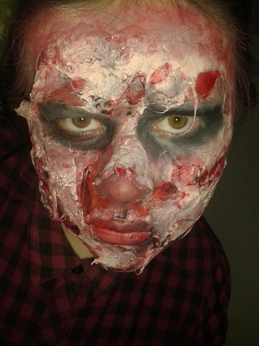 9.abr.2015 - A adolescente Eve Hirst, de 14 anos, aprendeu a fazer maquiagens de personagens aterrorizantes depois de assistir um vídeo no YouTube. Ela conta que passou a usar sua habilidade para fugir da triste realidade do bullying sofrido na escola
