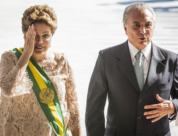 Dilma Rousseff ao lado do então vice-presidente Michel Temer durante cerimônia de posse em 2015