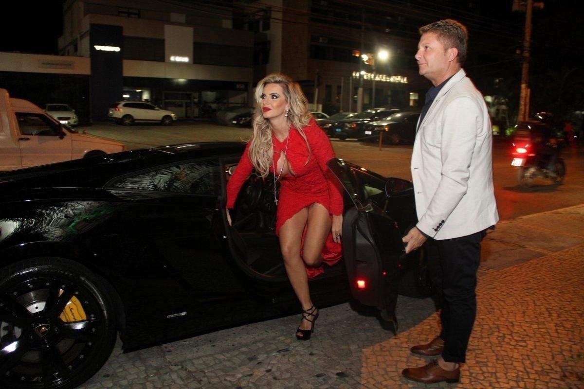 14.abr.2015 - A modelo Veridiana Freitas chega à festa de lançamento da Playboy de abril de Lamborghini. O evento foi realizado em uma champanheria na Barra da Tijuca, no Rio de Janeiro. A loira, que chegou com um look vermelho ao local, é a capa da edição do mês da revista