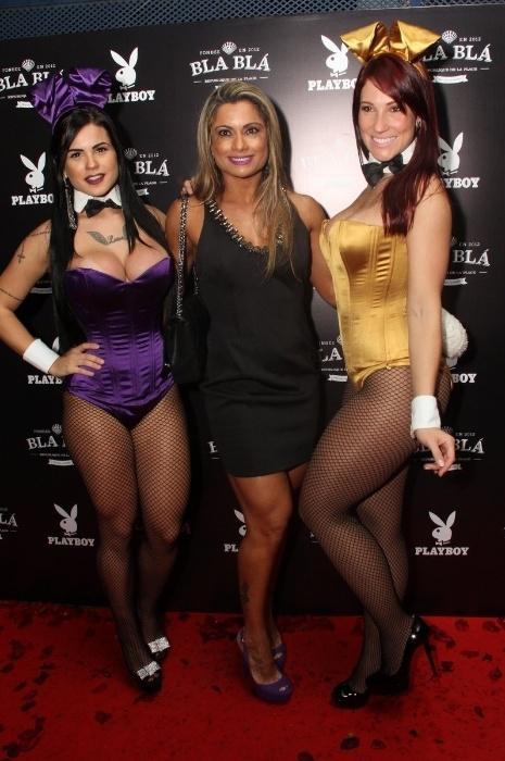 14.abr.2015 - Dani Sperle posa com coelhinhas da Playboy na festa de lançamento da edição de abril. A modelo Veridiana Freitas estampa a capa do mês da revista