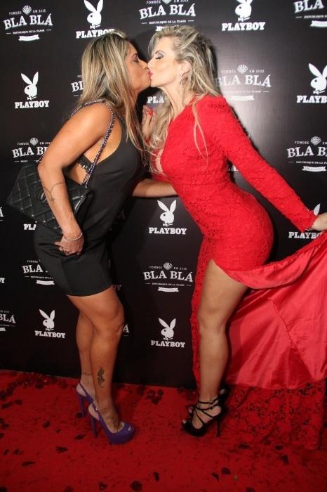 """14.abr.2015 - Na festa de lançamento da Playboy, que foi realizada em uma champanheria do Rio de Janeiro, a modelo Veridiana Freitas (à direita), capa da edição de abril, deu um selinho em Dani Sperle (à esquerda), que ficou conhecida como a """"musa do tapa-sexo"""""""