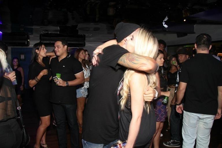 20.abr.2015 - Fernando e Aline se cumprimentam na festa de aniversário do produtor cultural, realizada no domingo (19), em uma boate no Rio de Janeiro