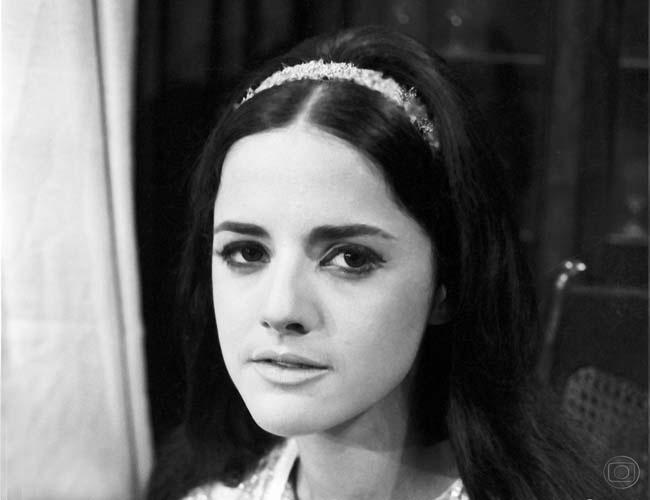 """O Sheik de Agadir (1966) - A novela, de Glória Magadan, fez com que a TV Globo promovesse um concurso para incentivar os telespectadores a descobrir a identidade do personagem assassino. Inúmeras vezes por dia, a emissora veiculava a pergunta: """"Quem é o assassino?"""". Ninguém acertou. No final da trama, uma surpresa: não se tratava de um assassino e sim uma assassina, a jovem princesa árabe Éden de Bassora, interpretada por Marieta Severo (foto)"""