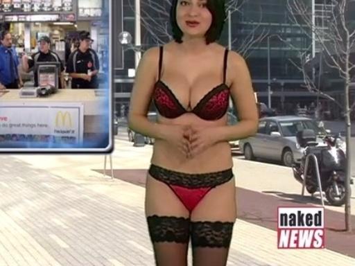 """25.abr.2015 - Após tirar algumas peças de roupa, Natasha Olenski apresenta o telejornal """"Naked News"""" de lingerie"""