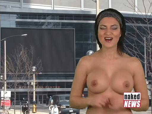 "25.abr.2015 - Na imagem acima, Natasha Olenski apresentando o telejornal ""Naked News"""