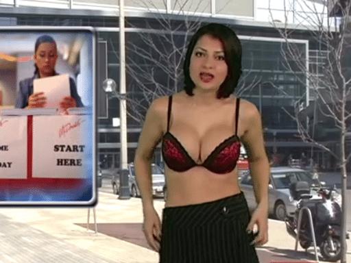 "25.abr.2015 - Natasha Olenski se prepara para apresentar o telejornal ""Naked News"" só de lingerie"