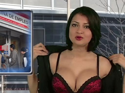 """25.abr.2015 - Natasha Olenski tira uma peça de roupa ao apresentar o telejornal """"Naked News"""""""