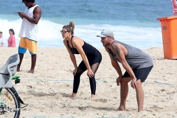 26.abr.2015 - Fernanda Lima e Rodrigo Hilbert jogam uma partida de vôlei na praia do Leblon, no Rio de Janeiro