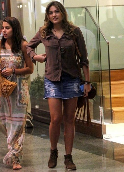 25.abr.2015 - Para o passeio, Sasha usou uma sainha jeans e uma bota, além de uma blusinha marrom. Sorridente, a jovem aproveitou para mudar o visual em um salão de beleza