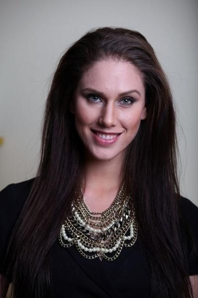 """30.abr.2015 - Cassandra Bankson, 22, blogueira norte-americana que ficou conhecida na internet após aparecer em vídeos que mostram sua batalha contra a acne e tutoriais de maquiagem que ajudam a disfarçar as espinhas, revelou ao site britânico The Mirror que tem duas vaginas. Segundo contou, ela descobriu a anomalia durante um exame de rotina depois de sentir muitas dores nas costas. """"Quando pegamos o resultados dos testes, o médico disse que eu só tinha um rim e tinha duas vaginas"""", disse Cassandra, chocada. Ela também explicou que há apenas uma abertura vaginal, mas internamente é como se houvesse duas vaginas, com dois úteros, dois cervixes e duas trompas de Falópio. """"A maioria das vaginas é uma grande cavidade, mas esta tem uma separação completa em duas cavidades diferentes"""", contou a blogueira."""