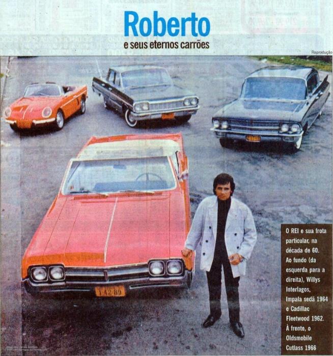"""Roberto Carlos sempre foi um apaixonado por carros. Em sua carreira, o Rei já demonstrou tal paixão em diversas músicas, como em ?Parei na Contramão?, feita em parceria com Eramos Carlos em 1963, """"Por Isso Corro Demais"""", de 1967, além do clássico ?O Cadillac?, de 2003. Sem contar os filmes protagonizados pelo cantor envolvendo muita aventura e velocidade sobre quatro rodas. """"Roberto Carlos a 300 km/h"""" é um deles. No longa, o cantor  interpreta um mecânico que se arrisca dirigindo os carros de seus clientes. Toda essa paixão fez de Roberto um colecionador. Na imagem acima, de 1966, o Rei já ostentava algumas de suas máquinas - (da esquerda para direita) Willys Interlagos, Impala sedã, Cadillac Fleetwood e um Oldsmobile Cutlass (à frente). A seguir, confira esses e outros carros do Rei"""
