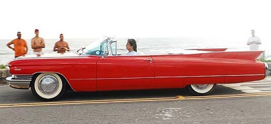 """Anos 2000 - Na música, Roberto Carlos já diz: """"Peguei meu Cadillac, mil novecentos e sessenta, e nele me sentia com metade de quarenta"""". Ao olhar o Cadillac, dá pra entender porque o Rei se sentia tão bem. Um clássico da época, série 62 conversível, o carro também já foi do ex-piloto de Fórmula 1 Emerson Fittipaldi"""