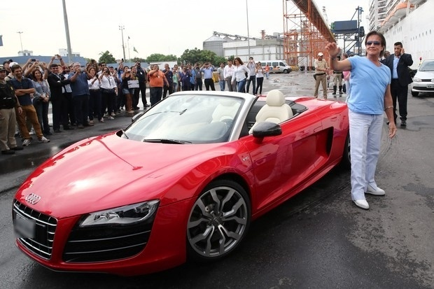 """Roberto Carlos acena para os fãs antes de embarcar em seu cruzeiro """"Projeto Emoções em Alto Mar"""", no Porto de Santos, no litoral de São Paulo. O cantor chegou dirigindo um Audi R8 Spyder, avaliado em R$ 800 mil"""