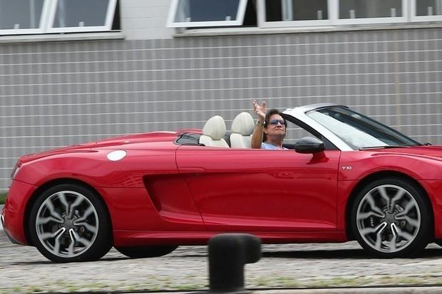 """Roberto Carlos chegou para o seu cruzeiro """"Projeto Emoções em Alto Mar"""", no Porto de Santos, no litoral de São Paulo, dirigindo um Audi R8 Spyder, avaliado em R$ 800 mil"""