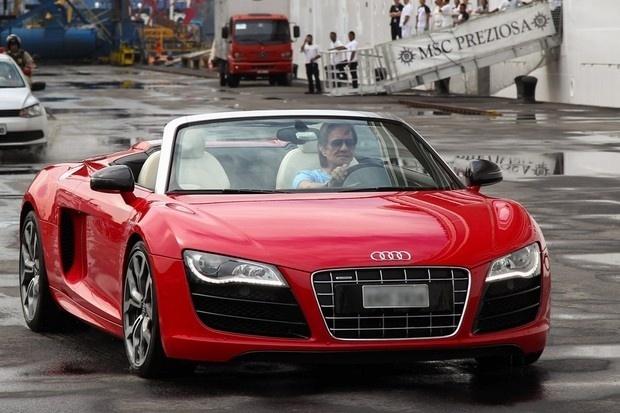 """2015 - Neste ano, o Rei Roberto Carlos chegou ao Porto de Santos, no litoral de São Paulo, dirigindo um Audi R8 Spyder, avaliado em R$ 800 mil. O cantor chamou atenção antes de embarcar em seu cruzeiro """"Projeto Emoções em Alto Mar"""