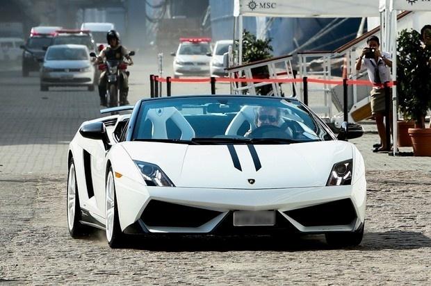 """2014 - Em seu cruzeiro intitulado """"Emoções em Alto-Mar"""" , Roberto Carlos chegou dirigindo o mesmo carrão,  um Lamborghini. O cantor  chamou atenção dos tripulantes ao chegar com o seu carro de luxo no Porto de Santos"""