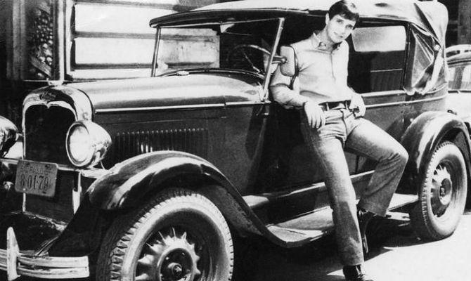 """1964 - Com o sucesso de """"O calhambeque"""", Roberto posa com um velho Chevrolet."""