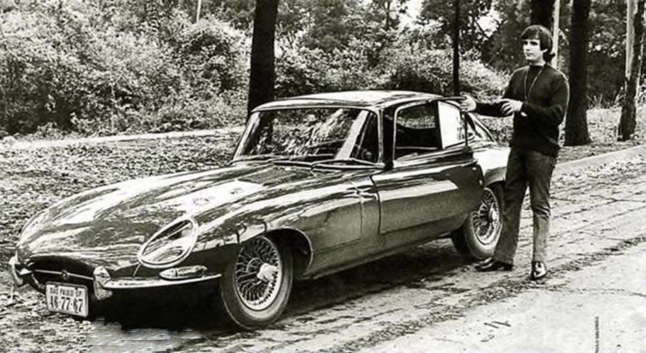 """Na imagem, Roberto Carlos ao lado do seu Jaguar E-Type. O carro foi uma das inspirações para composição da música """"120...150...160 km/h"""""""