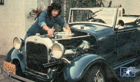 Na imagem, Roberto Carlos com o seu Calhambeque