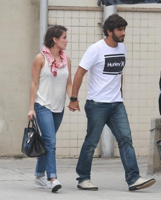 1.mai.2015 - Grávida de seis semanas, Deborah Secco circulou com o namorado, Hugo Moura, pelas ruas de Ipanema, na Zona Sul do Rio de Janeiro. Na ocasião, a atriz usou uma blusa de algodão larguinha e calça jeans