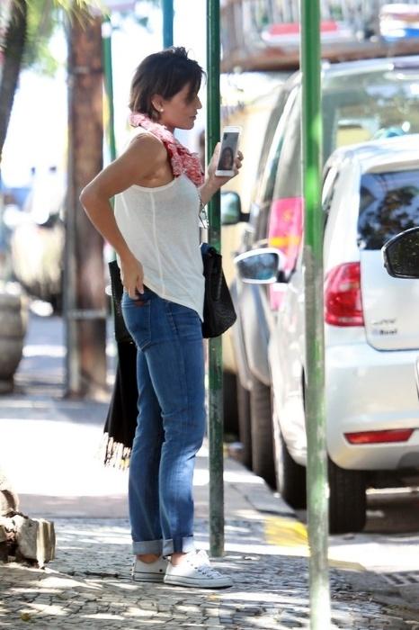 1.mai.2015 - Grávida, Deborah Secco circula de blusa de algodão larguinha e calça jeans no Rio de Janeiro